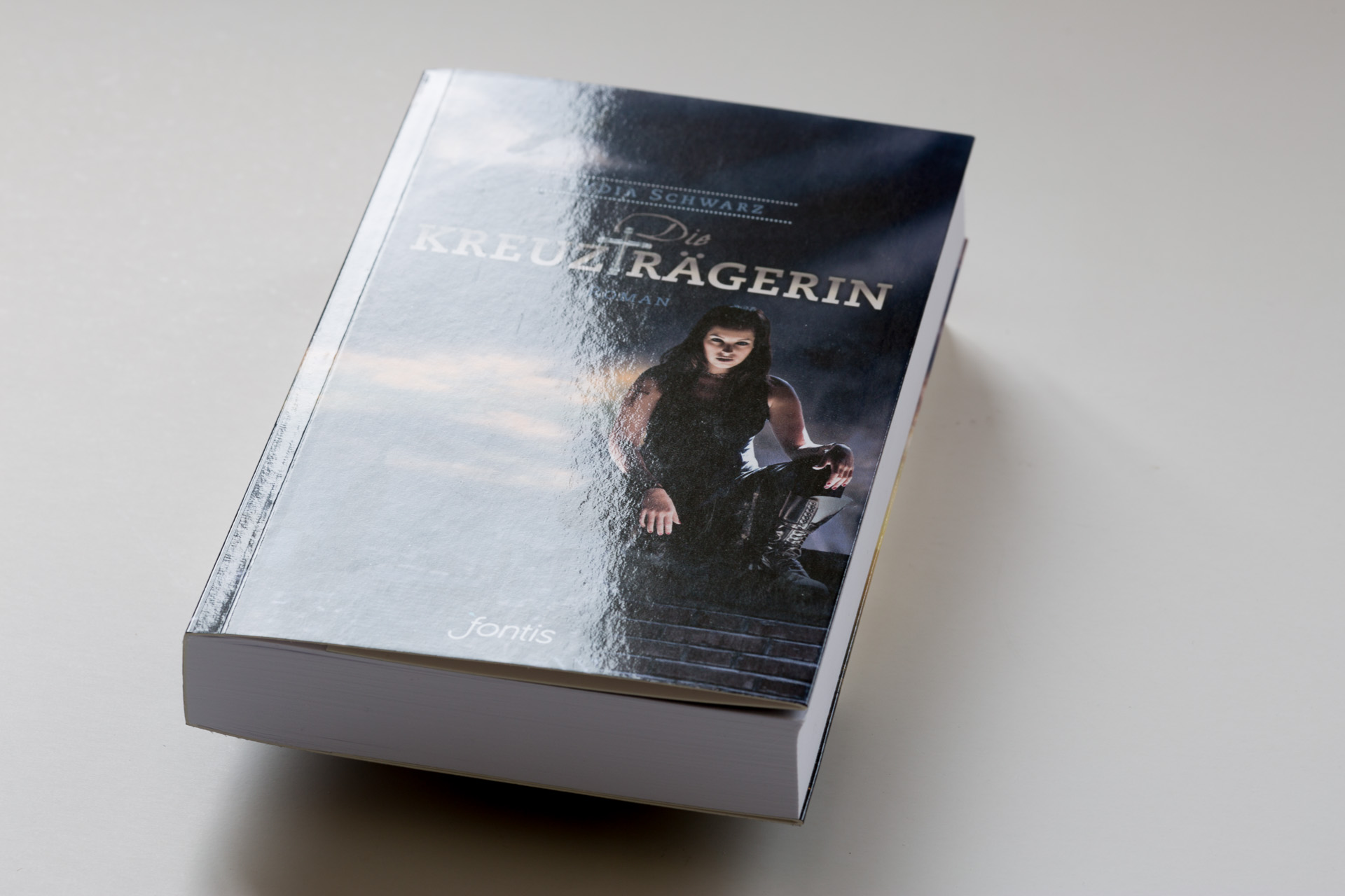 Book gloss lamination - Die Kreuztragerin